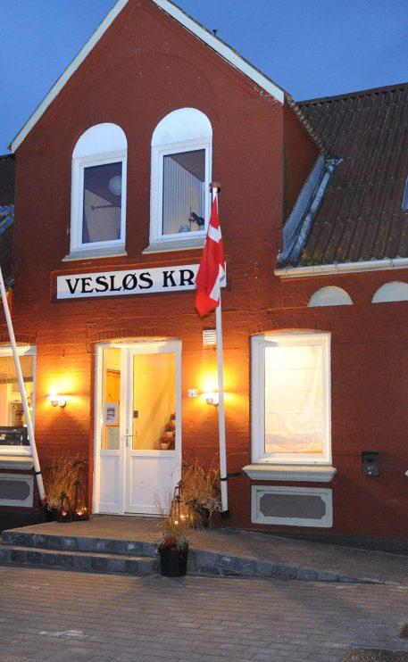 Efter at have stået stille og med mørke vinduer, er der atter lys og liv i kroen i Vesløs. Her kort før 120 gæster ankommer. Foto: Ole Iversen